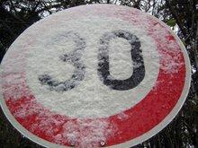 verschneites Tempo-30-Schild